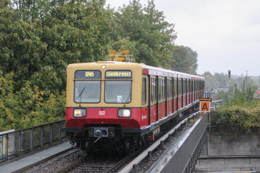 Eine S-Bahn der Baureihe 485 fährt in Berlin-Tempelhof ein, aufgenommen am 05.10.2016.