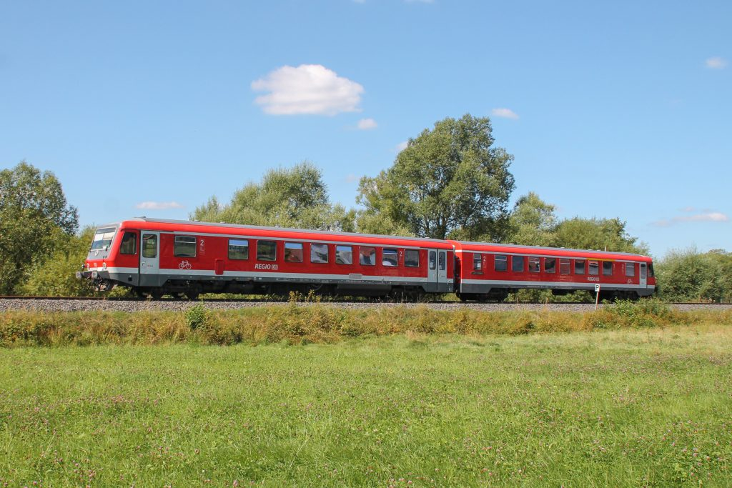 Ein 628 im Feld bei Todenhausen auf der Burgwaldbahn, aufgenommen am 17.08.2016.