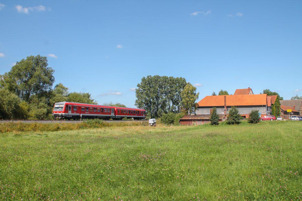 Ein 628 verlässt Todenhausen auf der Burgwaldbahn, aufgenommen am 17.08.2016.