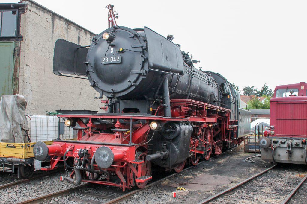 23 042 steht im Eisenbahnmuseum in Darmstadt-Kranichstein, aufgenommen am 17.09.2016.