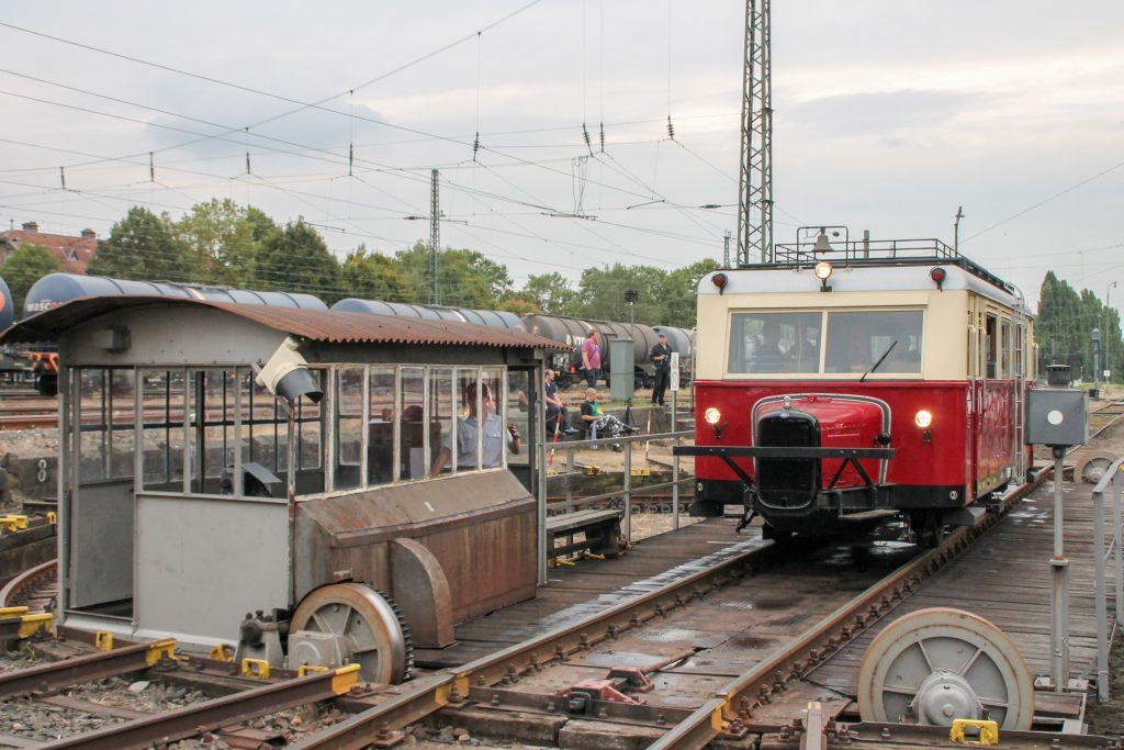 Ein wissmarer Schienenbus auf der Drehscheibe im Eisenbahnmuseum in Darmstadt-Kranichstein, aufgenommen am 17.09.2016.