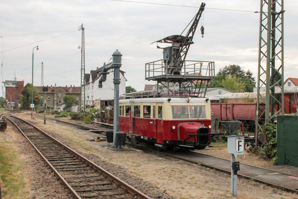 Ein Wissmarer Schienenbus an den Wasser- und Bekohlungskränen im Eisenbahnmuseum in Darmstadt-Kranichstein, aufgenommen am 17.09.2016.