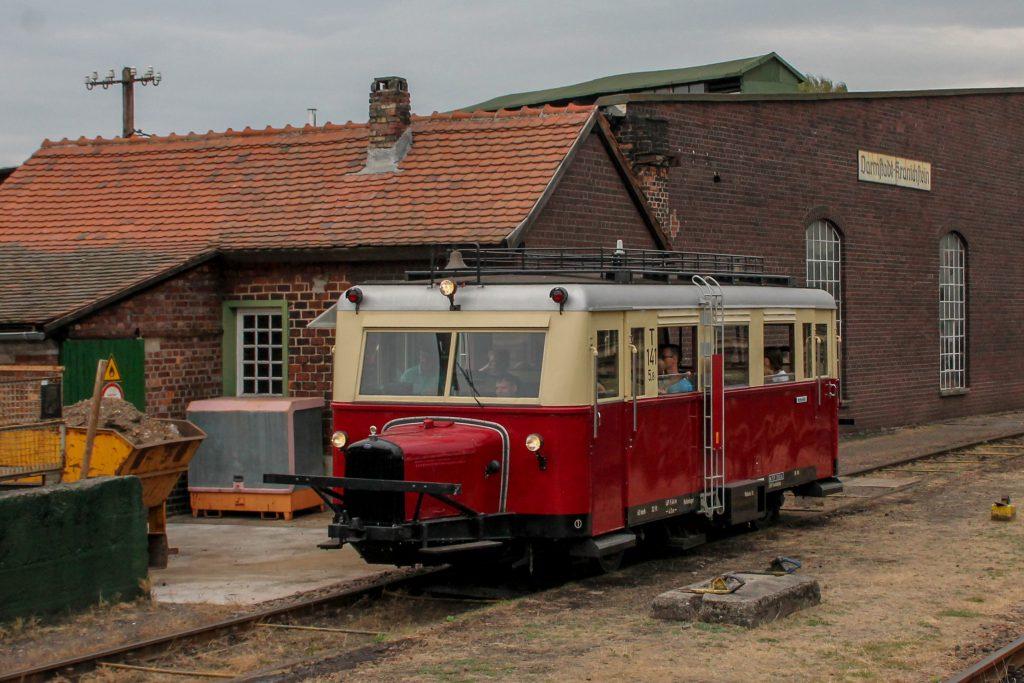 Ein Wissmarer Schienenbus neben dem Lokschuppen im Eisenbahnmuseum in Darmstadt-Kranichstein, aufgenommen am 17.09.2016.