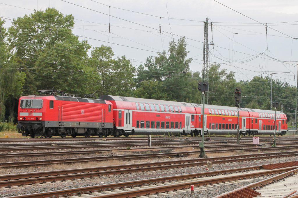 143 242 im Bahnhof Darmstadt-Kranichstein, aufgenommen am 17.09.2016.