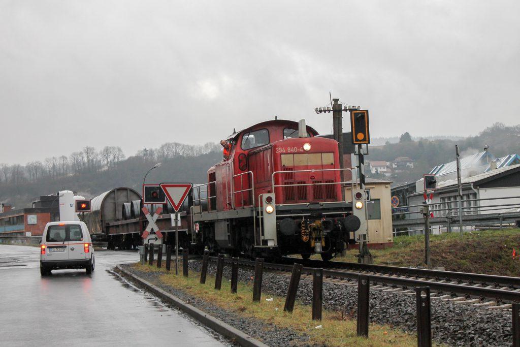 294 840 ist mit ihrer Übergabe auf dem Weg zum Stahlwerk in Dillenburg, aufgenommen am 08.01.2015.