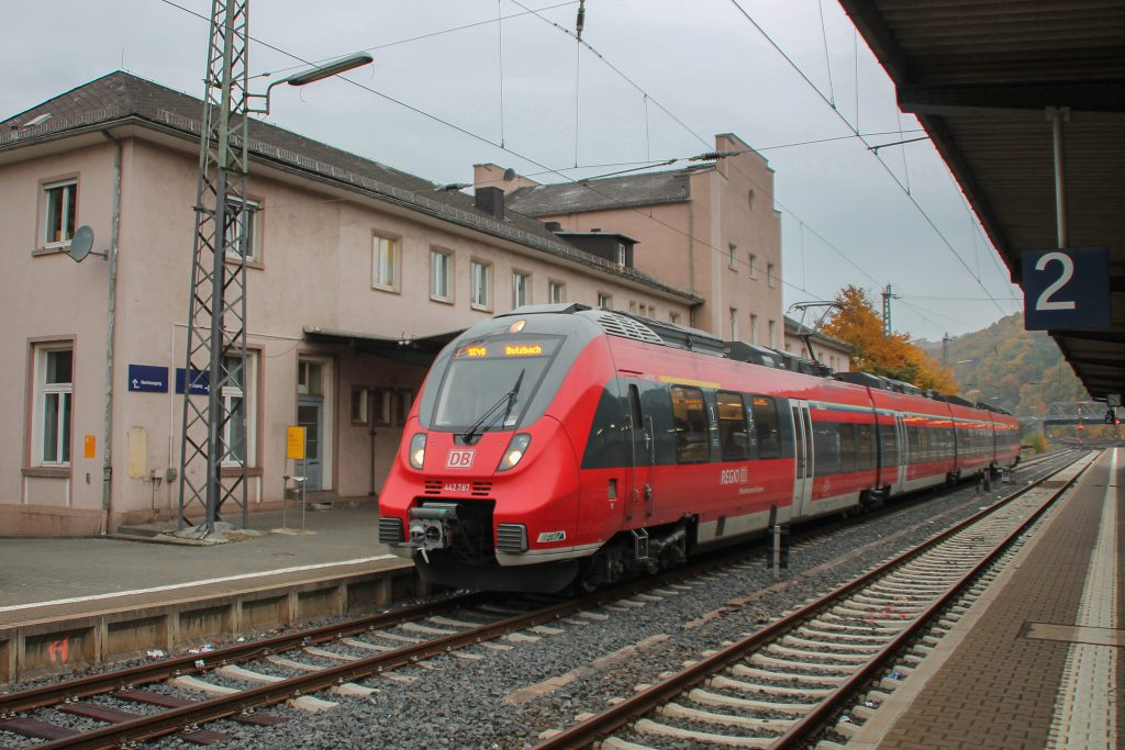 Im Bahnhof Dillenburg wartet 442 287 auf die Abfahrt nach Butzbach, aufgenommen am 25.10.2015.