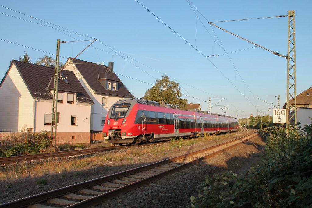 442 285 fährt in den Bahnhof Dutenhofen auf der Dillstrecke ein, aufgenommen am 11.09.2016.