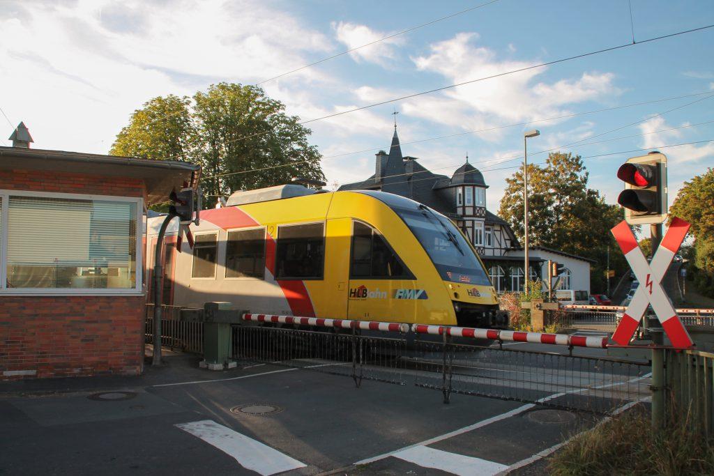 Ein LINT der HLB überquert den Bahnübergang in Dutenhofen auf der Dillstrecke, aufgenommen am 11.09.2016.