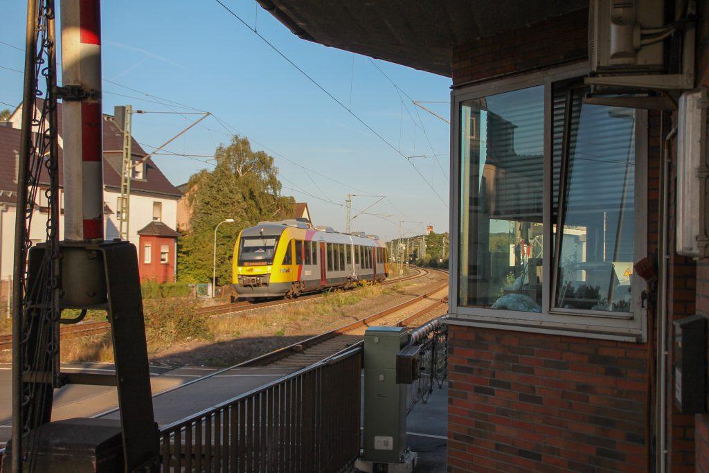 Ein LINT der HLB fährt in den Bahnhof Dutenhofen auf der Dillstrecke ein, aufgenommen am 11.09.2016.