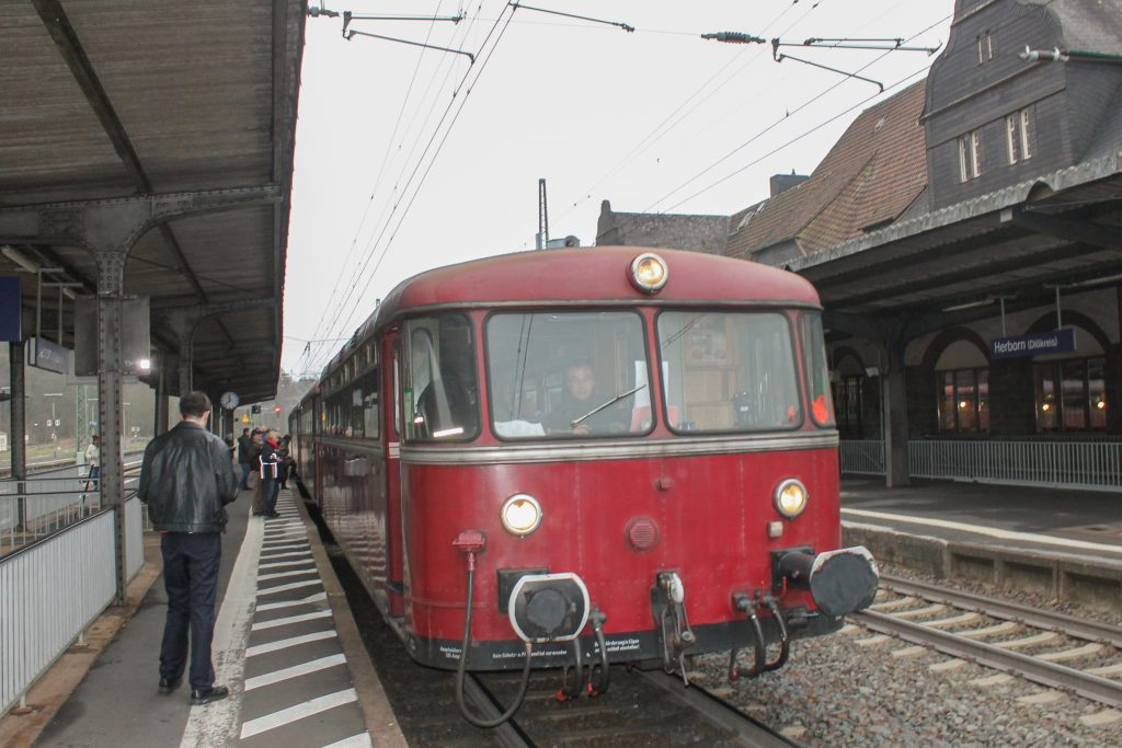 798 829 hält im Bahnhof Herborn auf der Dillstrecke, aufgenommen am 06.12.2016.