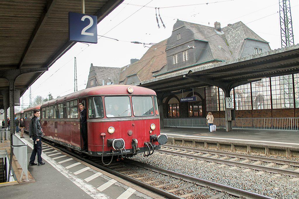 798 829 hält in Herborn auf der Dillstrecke, aufgenommen am 06.12.2016.