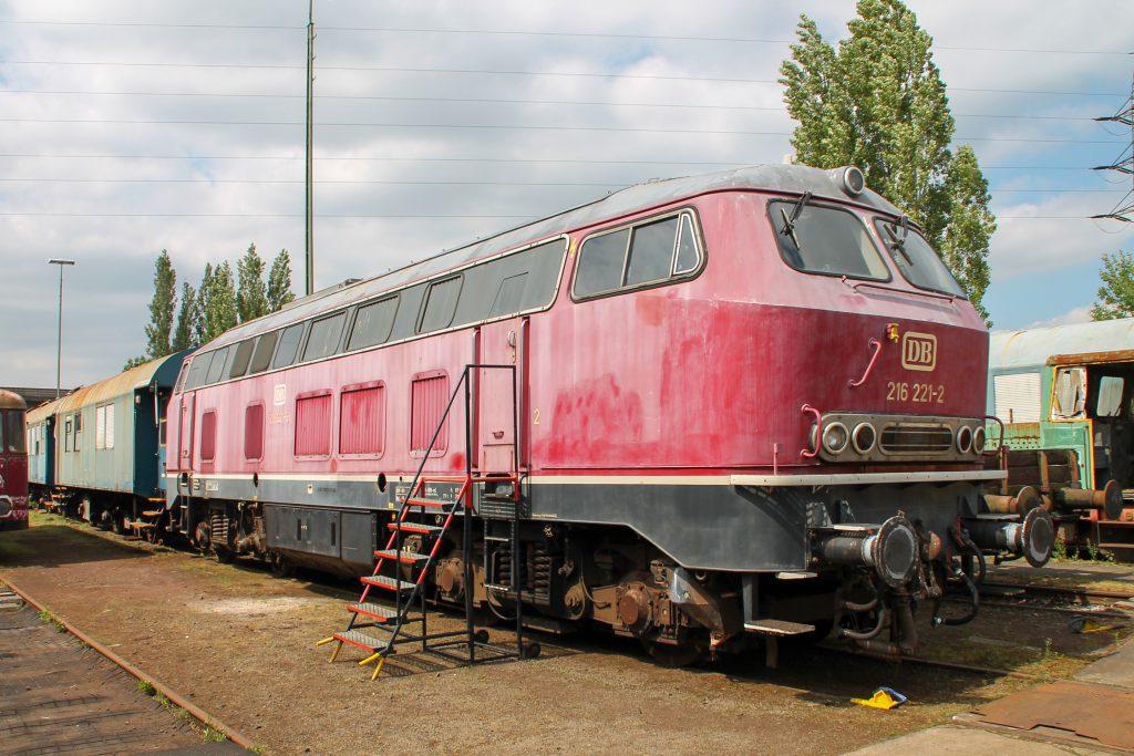 216 221 steht auf dem Gelände der Oberhessischen Eisenbahnfreunde in Gießen, aufgenommen am 10.06.2015.