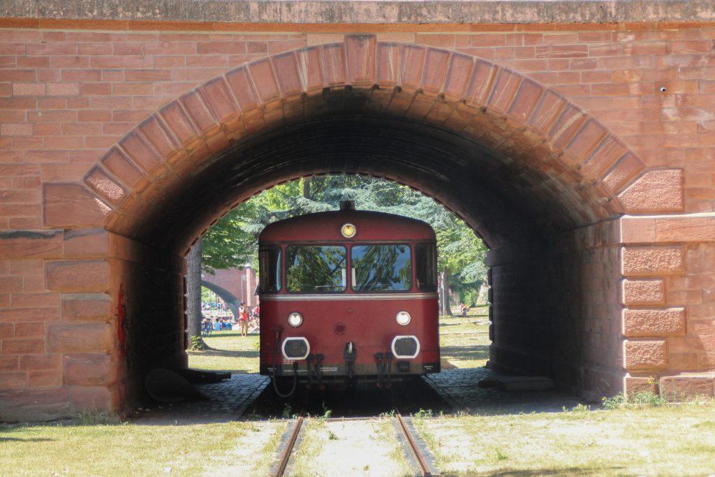 798 829 in einem Brückenbogen auf der Frankfurter Hafenbahn, aufgenommen am 14.06.2016.