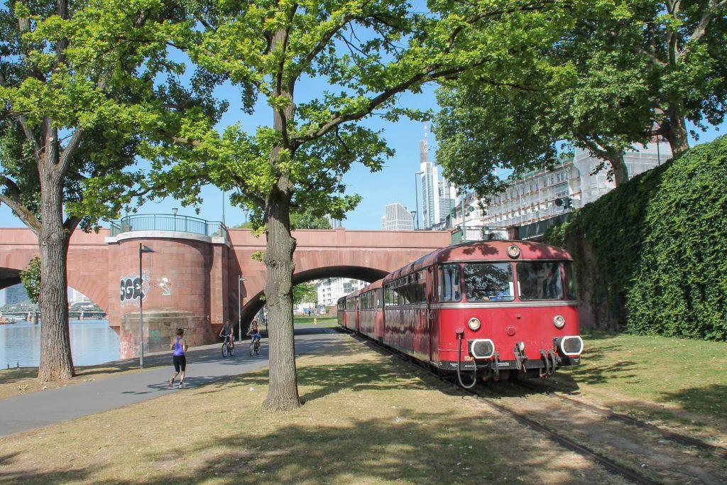 798 829, 998 184, 798 589 und 996 677 durchqueren den Park auf der Hafenbahn in Frankfurt, aufgenommen am 14.06.2016.