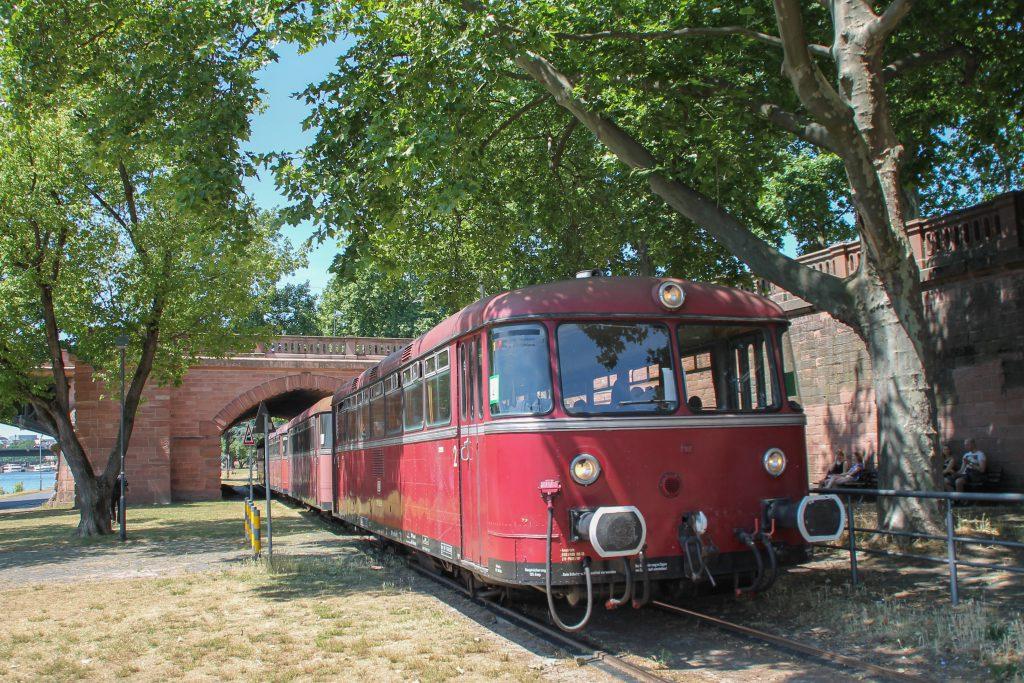996 677, 798 589, 998 184 und 798 829 durchqueren den Park auf der Hafenbahn in Frankfurt, aufgenommen am 14.06.2016.