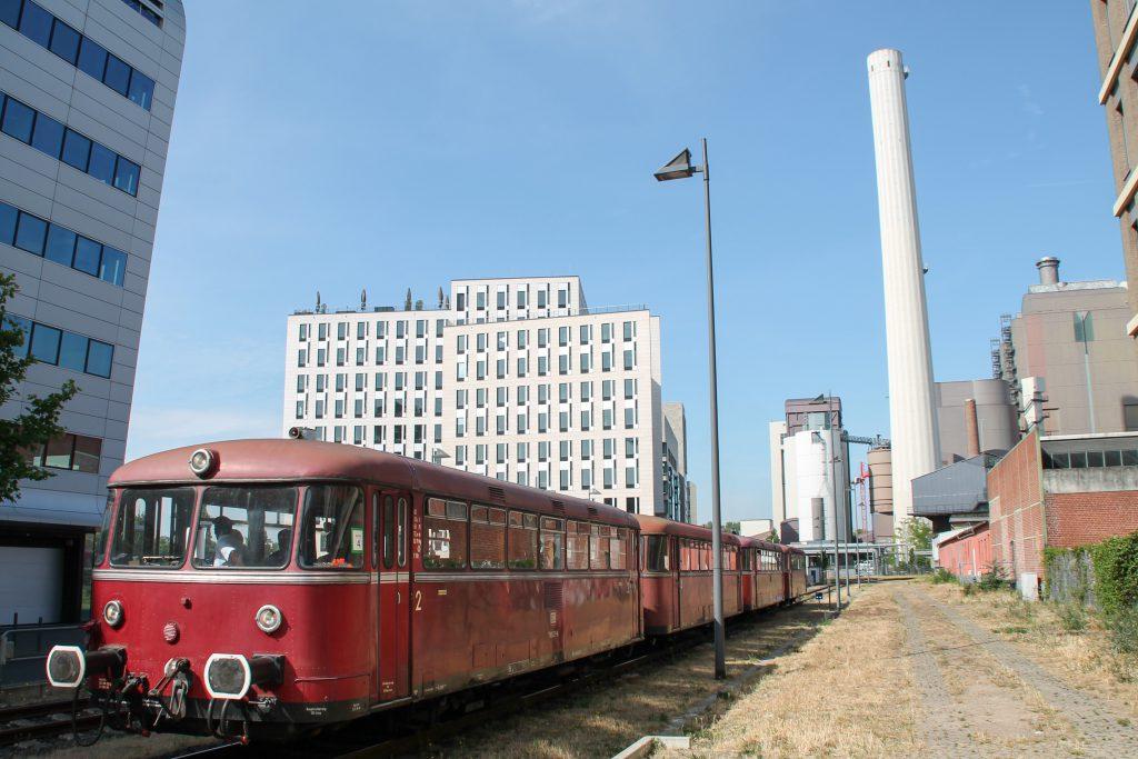 798 829, 998 184, 798 589 und 996 677 durchqueren Industrieanlagen auf der Frankfurter Hafenbahn, aufgenommen am 14.06.2015.