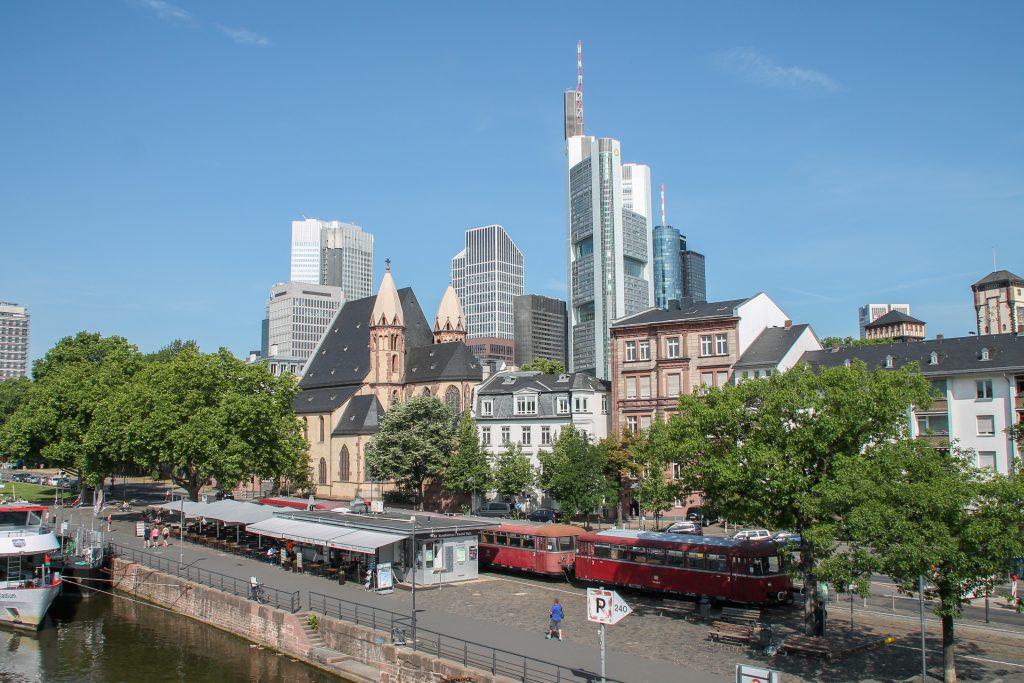 798 829, 998 184, 798 589 und 996 677 halten in der Nähe vom Eisernen Steg in Frankfurt auf der Hafenbahn, aufgenommen am 14.06.2016.