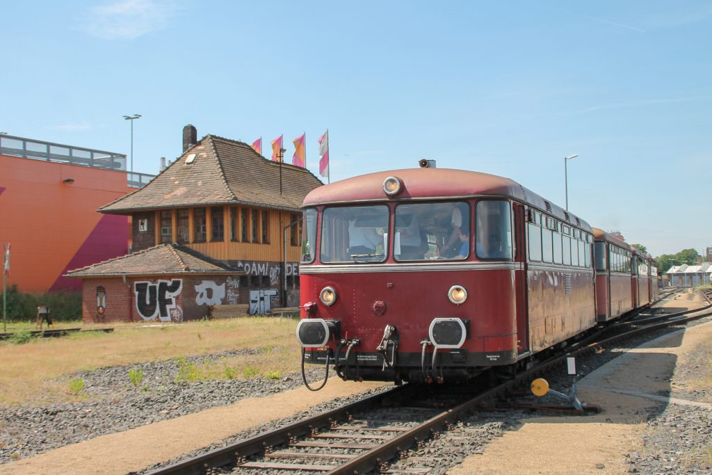 798 829, 998 184, 798 589 und 996 677 am Museumsstellwerk in Frankfurt-Mainkur auf der Hafenbahn in Frankfurt, aufgenommen am 14.06.2016.