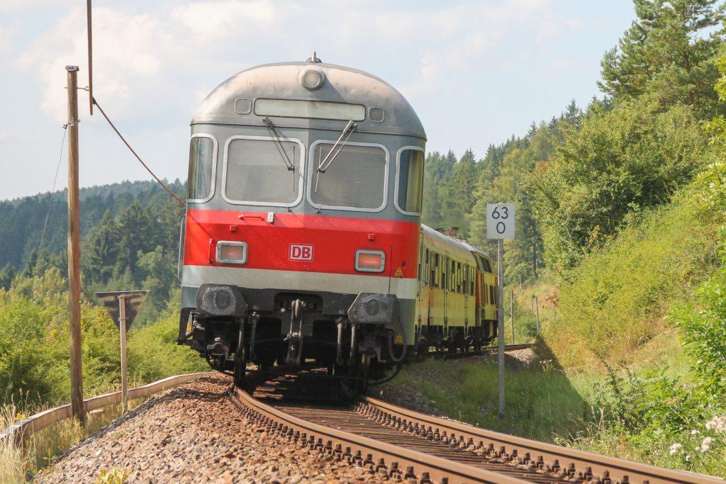 Ein Karlsruher Steuerwagen bei Döggingen auf der Höllentalbahn, aufgenommen am 10.09.2016.