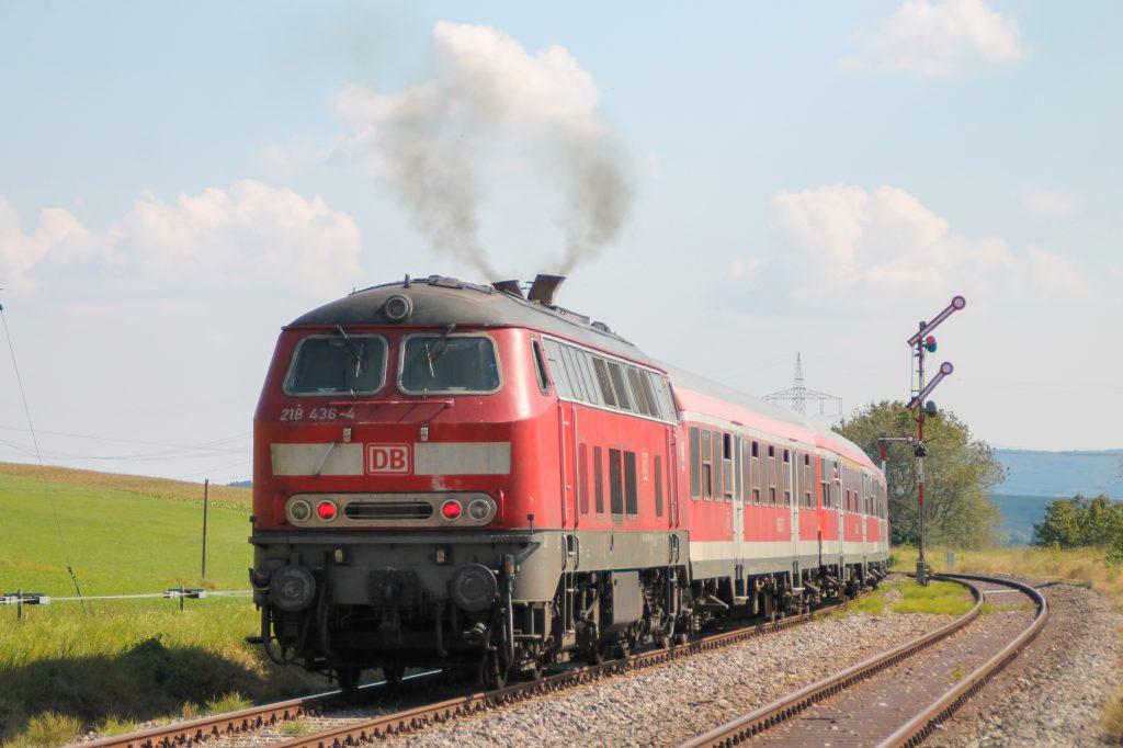 Mit einem V aus Qualm verlässt 218 436 den Bahnhof Döggingen auf der Höllentalbahn, aufgenommen am 10.09.2016.
