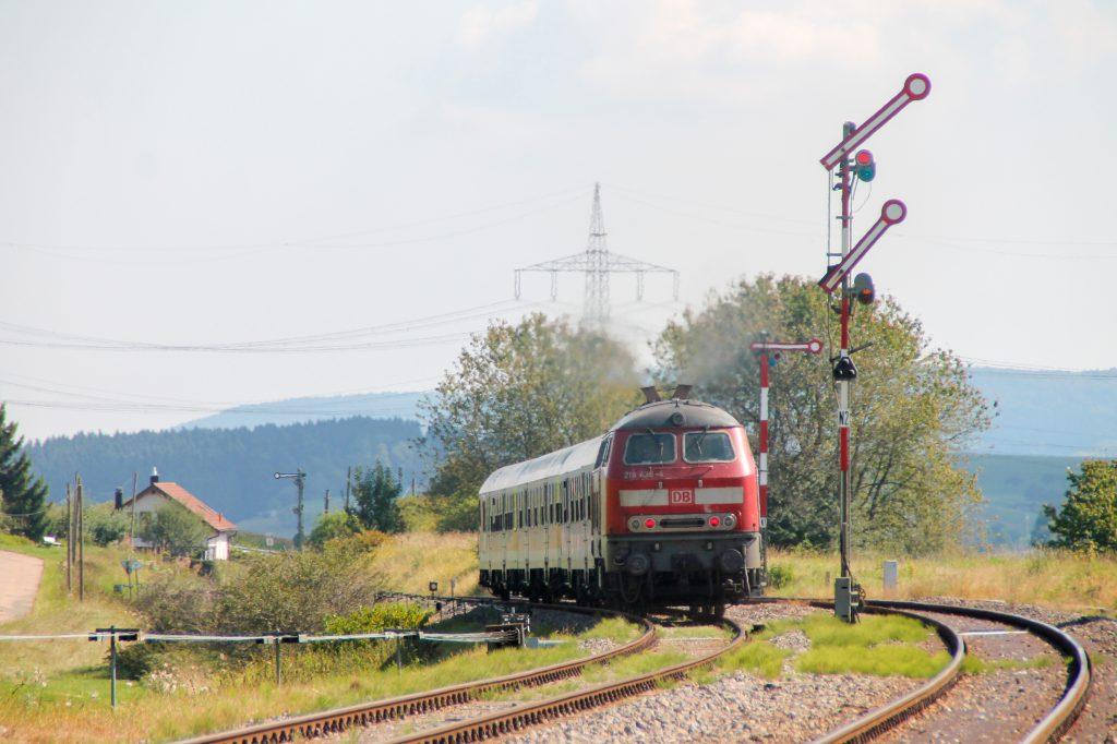 218 436 verlässt den Bahnhof Döggingen auf der Höllentalbahn, aufgenommen am 10.09.2016.