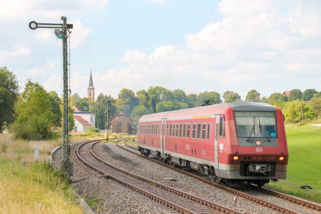 611 016 verlässt den Bahnhof Döggingen auf der Höllentalbahn, aufgenommen am 10.09.2016.