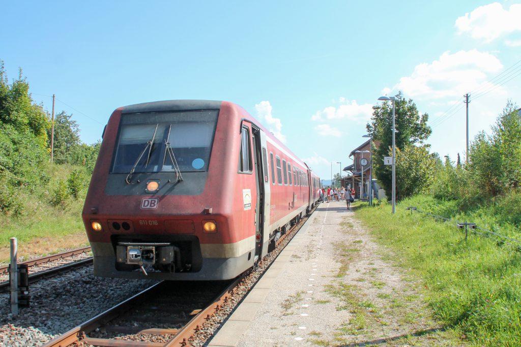 611 016 im Bahnhof Döggingen auf der Höllentalbahn, aufgenommen am 10.09.2016.
