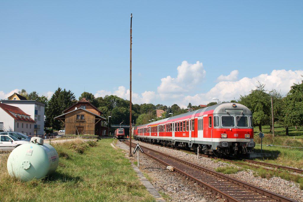 Ein Karlsruher Steuerwagen hält im Bahnhof Döggingen auf der Höllentalbahn, aufgenommen am 10.09.2016.