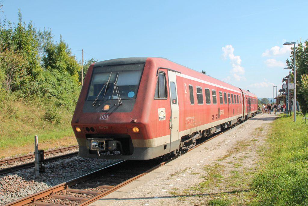 611 016 hält im Bahnhof Döggingen auf der Höllentalbahn, aufgenommen am 10.09.2016.