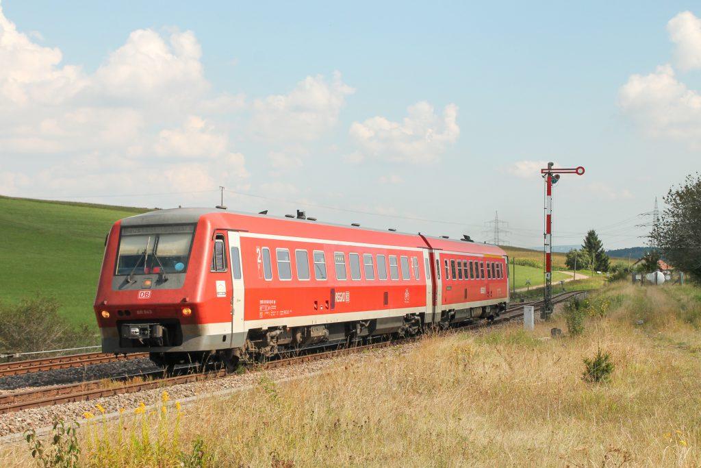 611 043 fährt in den Bahnhof Döggingen auf der Höllentalbahn ein, aufgenommen am 10.09.2016.