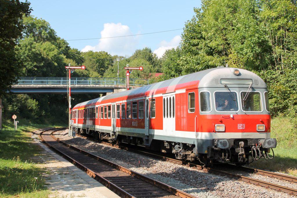 Ein Karlsruher Steuerwagen fährt in Bahnhof Döggingen auf der Höllentalbahn ein, aufgenommen am 10.09.2016.