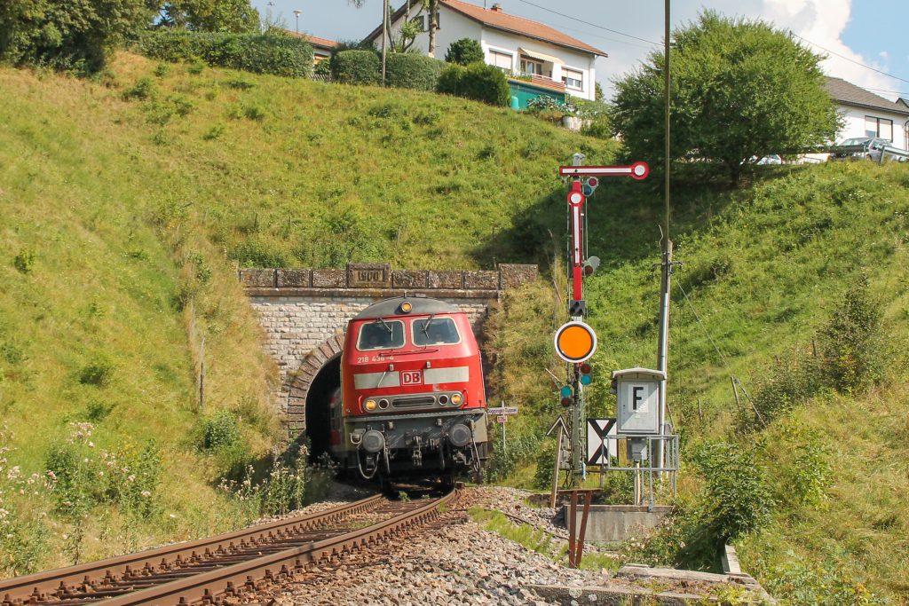 218 436 verlässt den Dögginger Tunnel auf der Höllentalbahn, aufgenommen am 10.09.2016.