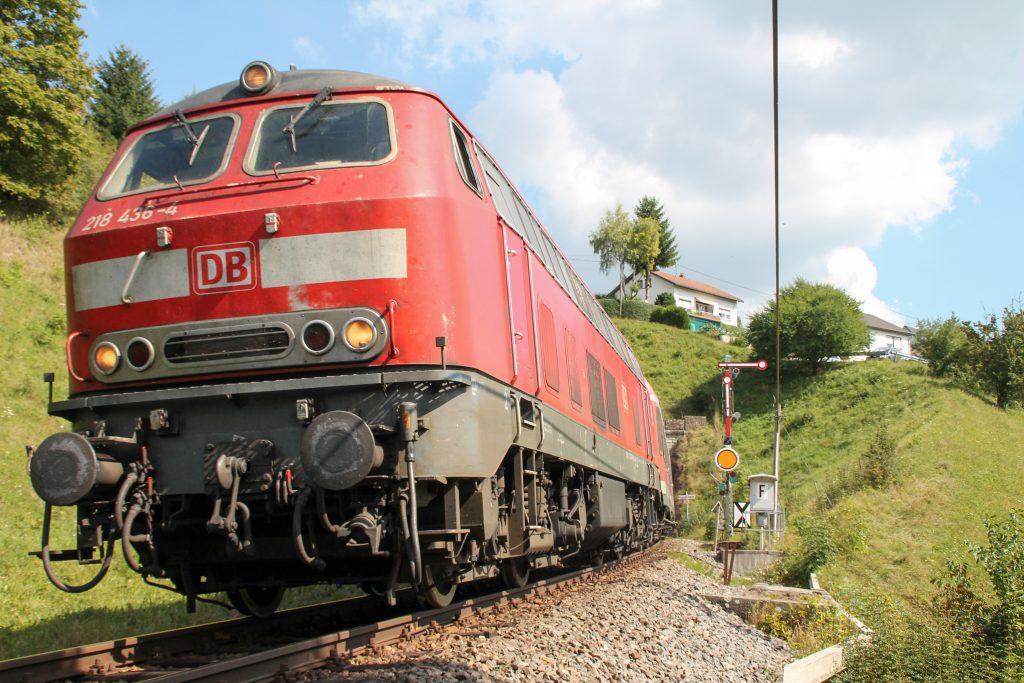 218 436 am Einfahrsignal von Döggingen auf der Höllentalbahn, aufgenommen am 10.09.2016.