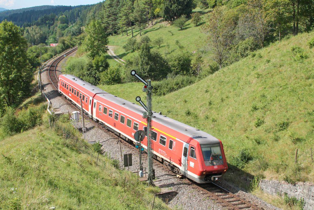 611 043 am Einfahrsignal von Döggingen auf der Höllentalbahn, aufgenommen am 10.09.2016.