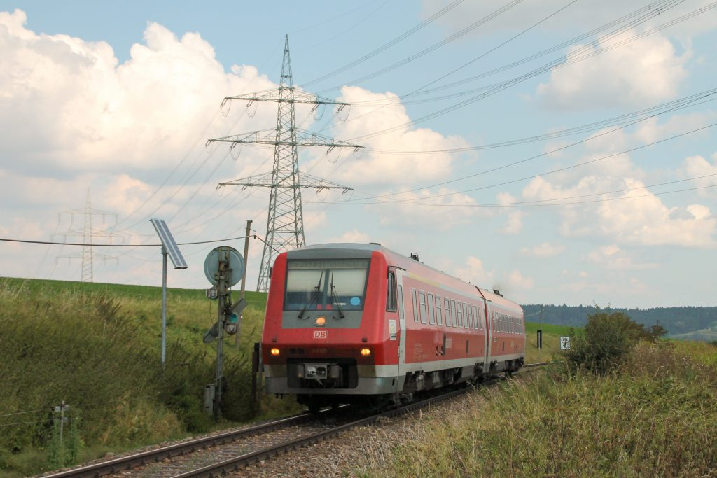 611 015 am Einfahrvorsignal von Döggingen auf der Höllentalbahn, aufgenommen am 10.09.2016.