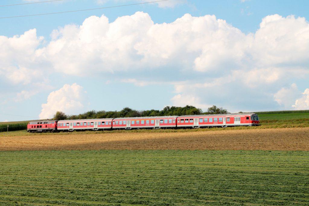 218 436 mit einem Karlsruher Steuerwagen in den Feldern bei Döggingen auf der Höllentalbahn, aufgenommen am 10.09.2016.