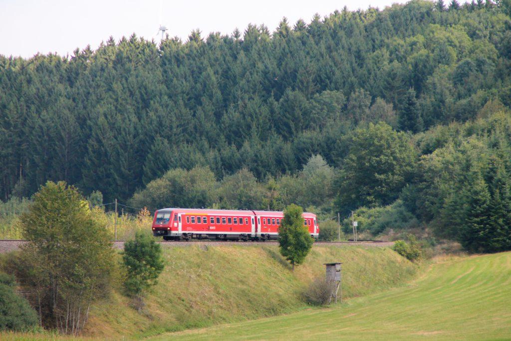 611 015 an einem Hochsitz bei Döggingen auf der Höllentalbahn, aufgenommen am 10.09.2016.