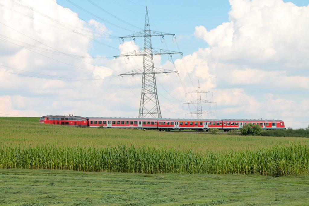 218 436 mit einem Karlsruher Steuerwagen an einem Maisfeld bei Döggingen auf der Höllentalbahn, aufgenommen am 10.09.2016.