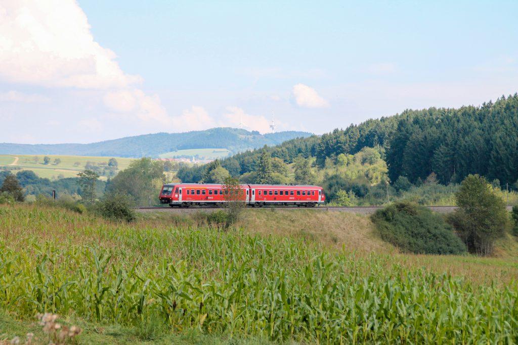 611 015 an einem Maisfeld bei Döggingen auf der Höllentalbahn, aufgenommen am 10.09.2016.