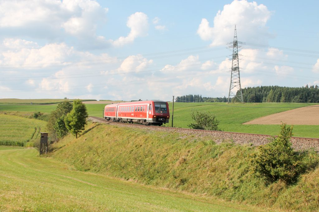 611 015 an einer S-Kurve bei Döggingen auf der Höllentalbahn, aufgenommen am 10.09.2016.