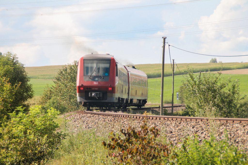 611 043 an einer S-Kurve bei Döggingen auf der Höllentalbahn, aufgenommen am 10.09.2016.