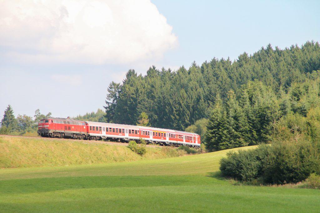 218 436 am Waldrand bei Döggingen auf der Höllentalbahn, aufgenommen am 10.09.2016.