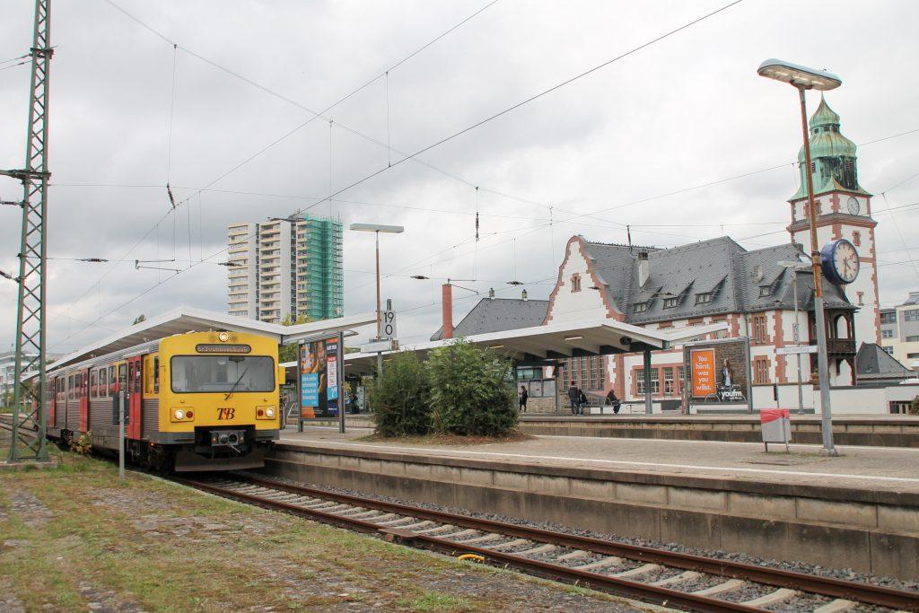Ein VT2E der HLB steht am Bahnsteig in Bad Homburg, aufgenommen am 15.10.2016.