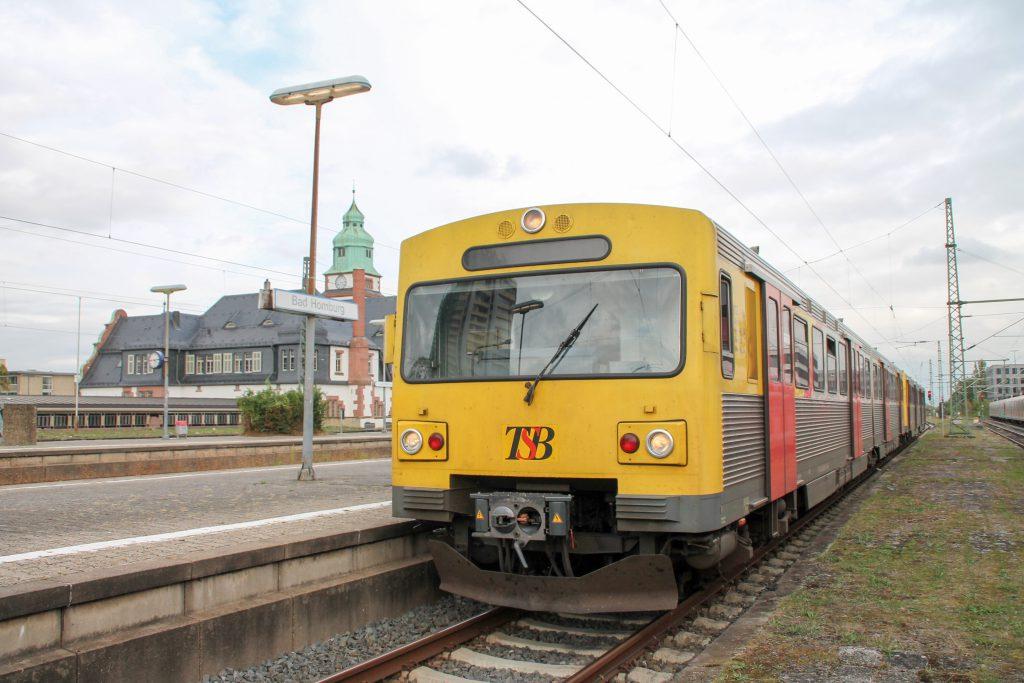 Zwei VT2E der HLB stehen am Bahnsteig in Bad Homburg, aufgenommen am 15.10.2016.