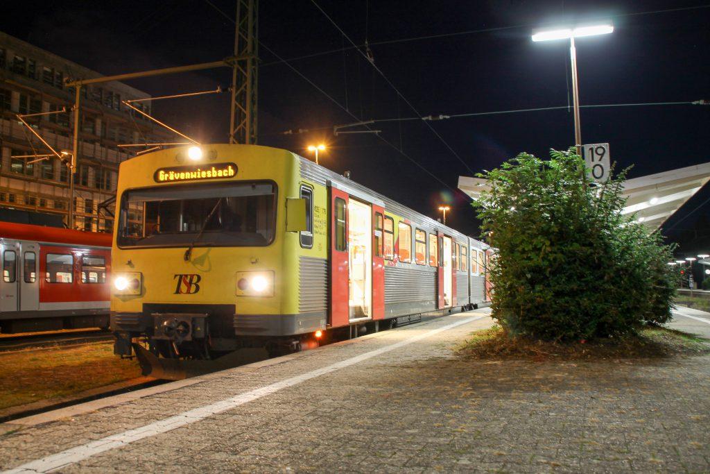 Ein VT2E der HLB wartet im Bahnhof Bad Homburg noch auf späte Heimkehrer, aufgenommen am 15.10.2016.