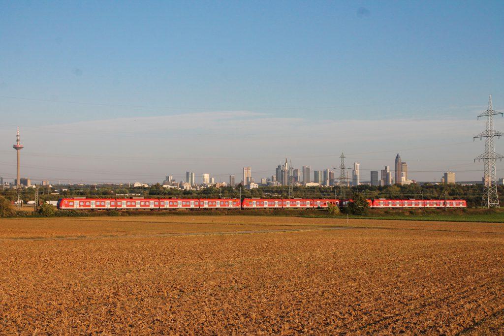 Zwei 423 zieren die Frankfurter Skyline im Feld bei Weißkirchen auf der Homburger Bahn, aufgenommen am 29.09.2016.