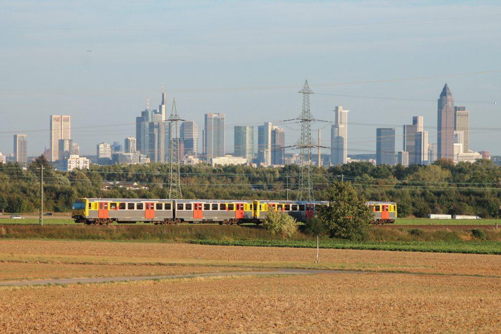 Zwei VT2E der HLB vor der Frankfurter Skyline im Feld bei Weißkirchen auf der Homburger Bahn, aufgenommen am 29.09.2016.