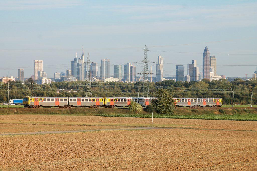 Drei VT2E der HLB vor der Frankfurter Skyline im Feld bei Weißkirchen auf der Homburger Bahn, aufgenommen am 29.09.2016.