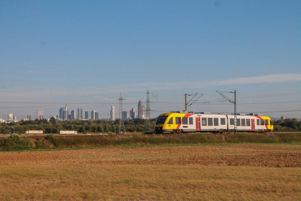 Ein LINT der HLB vor der Frankfurter Skyline im Feld bei Weißkirchen auf der Homburger Bahn, aufgenommen am 29.09.2016.