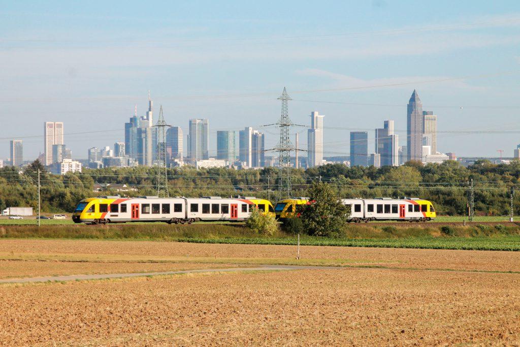 Zwei LINT der HLB zieren die Frankfurter Skyline im Feld bei Weißkirchen auf der Homburger Bahn, aufgenommen am 29.09.2016.